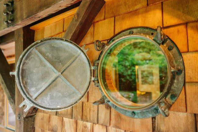 Cửa sổ được tái chế từ bộ phận của con tàu cũ