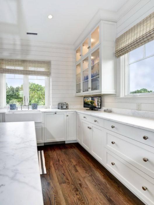Phòng bếp ốp bằng gỗ cho không khí ấm cúng