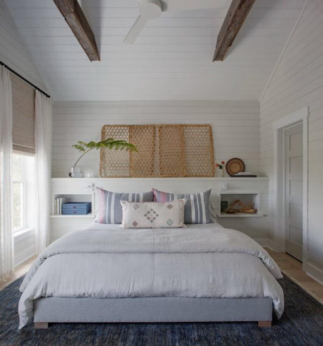 Gỗ ốp màu trắng là lựa chọn tuyệt vời cho phòng ngủ ít có ánh sáng