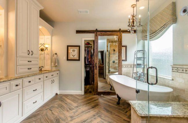 Lắp gương trên cửa trượt cho phòng tắm