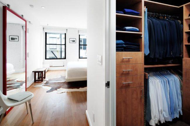 Lắp cửa gương rất tiện ích trong phòng ngủ