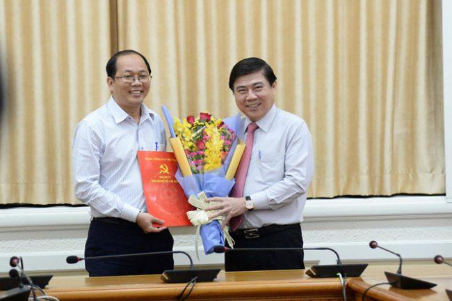 Ông Thắng (trái) được bầu cử Chủ tịch UBND H.Hóc Môn