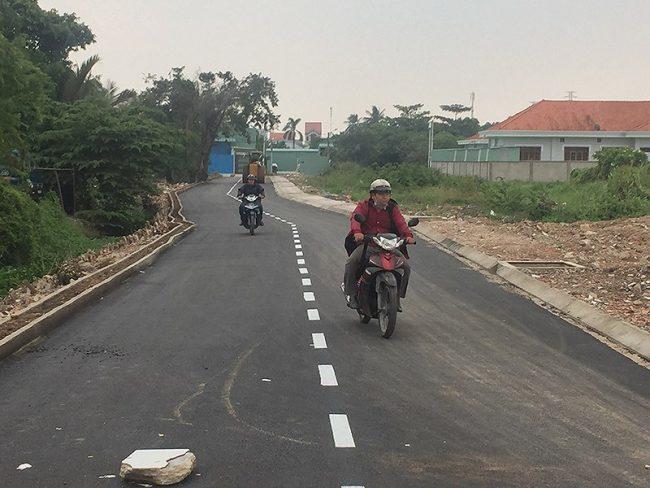 Tuyến đường trong khu dân cư của quận 12 hướng ra phía bờ hữu sông Sài Gòn