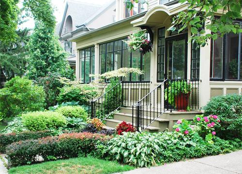 Hướng vào cửa chính có cảnh quan đẹp, hài hòa với ngôi nhà