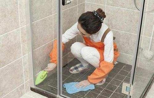 Làm sạch gạch lát phòng tắm