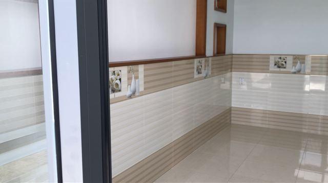 Toàn bộ tường ốp cao 1,2m sạch sẽ, sắc nét đến từng viên gạch