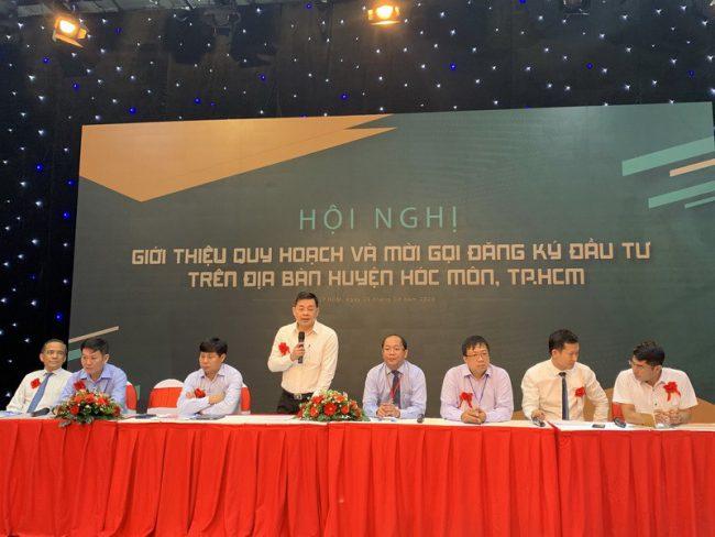 Ông Nguyễn Toàn Thắng cùng lãnh đạo UBND huyện Hóc Môn giải đáp các thắc mắc của nhà đầu tư